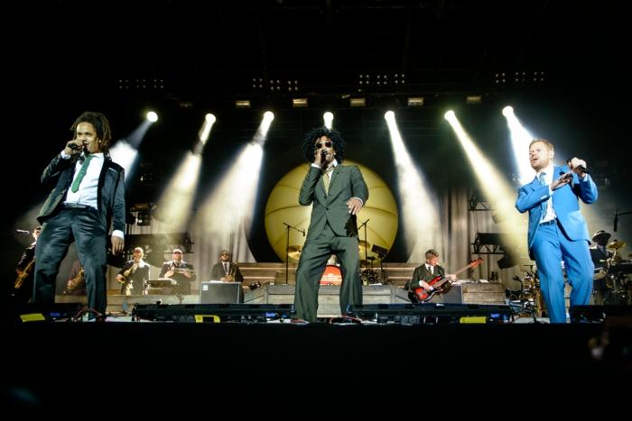 die Sänger von Seeed, die bei Hurricane Festival 2020 spielen auf einer Bühne