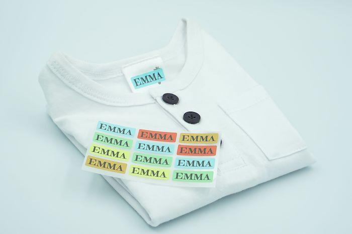 Weißes Shirt mit auffallenden Bügeletiketten versehen