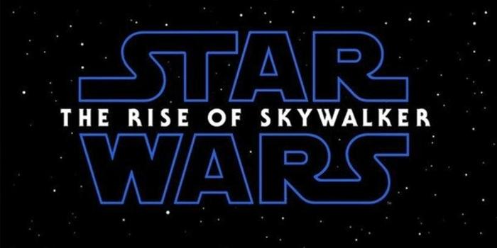 das Logo von Star Wars: Der Aufstieg Skywalkers auf einem Sternen Hintergrund