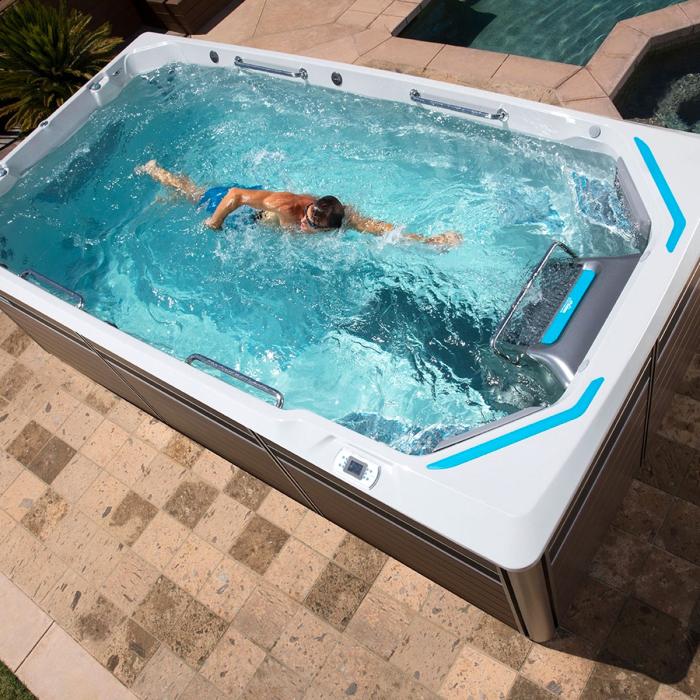 swim spa pool im außenbereich, kleines schwimmbad im garten, schwimmen
