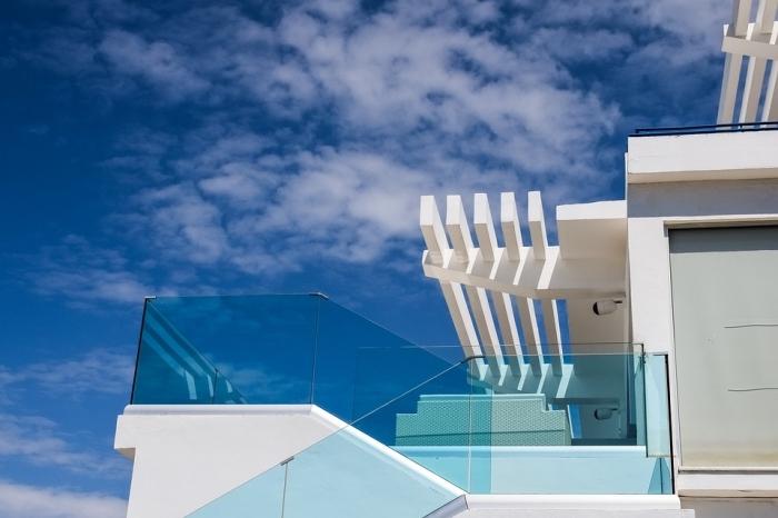 terrassenüberdachung ideen, terrasse ideen, überdachungslösungen vor und nachteile, weiße holzplatten