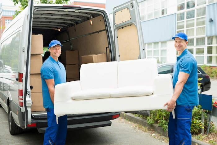 zwei männer und ein sofa, ein umzugsunternehmen
