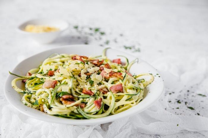 low carb nuddeln, was ist keto diät, ketogen essen ideen, rezepte mit zucchini