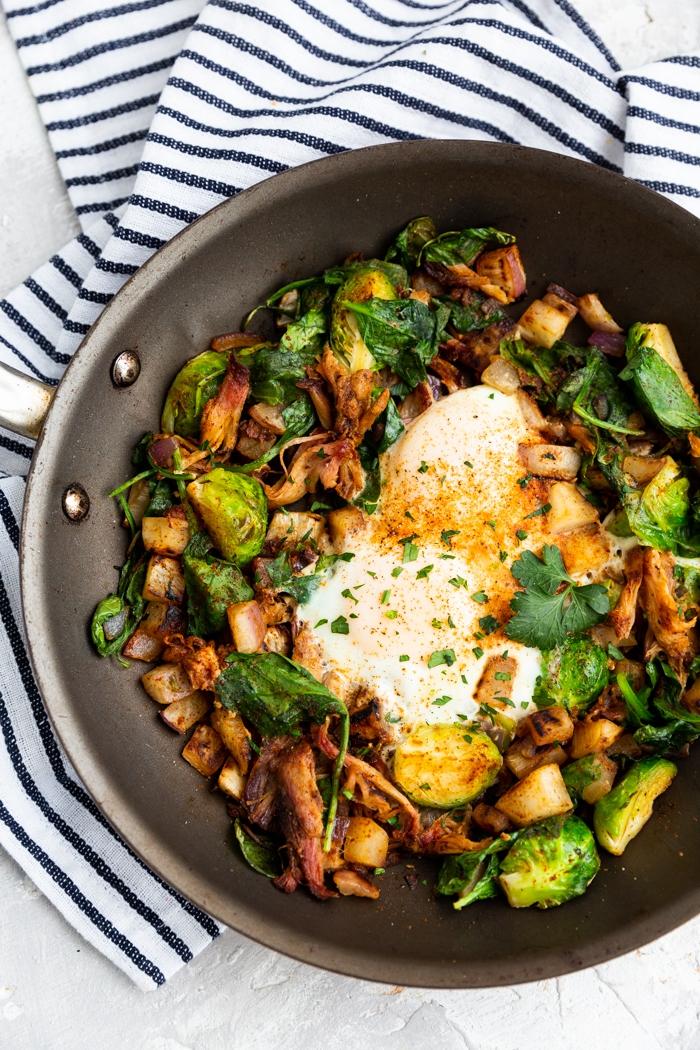 gericht mit eiern, bacon, spinat und käutern, was ist keto diät, ketogen kochen