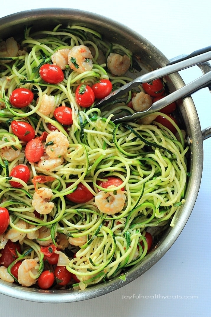 was ist keto diät, ketogen kochen, gesunde low carb nuddeln mit cherry tomaten und garnelen