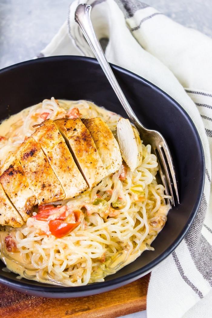 was ist ketogene ernährung, hühnerbrust mit nuddeln, keto abendessen, low carb nuddeln