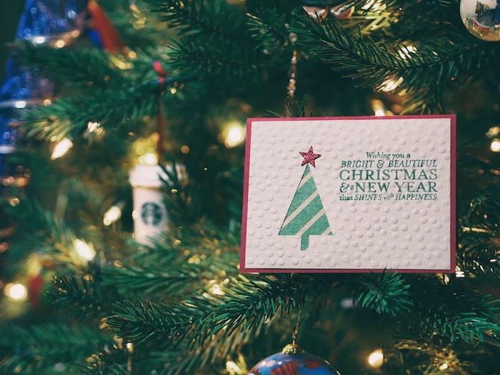 Traditionelle Weihnachtspost anstelle von digitalen Grüßen, Grußkarten mit Weihnachtsbaum