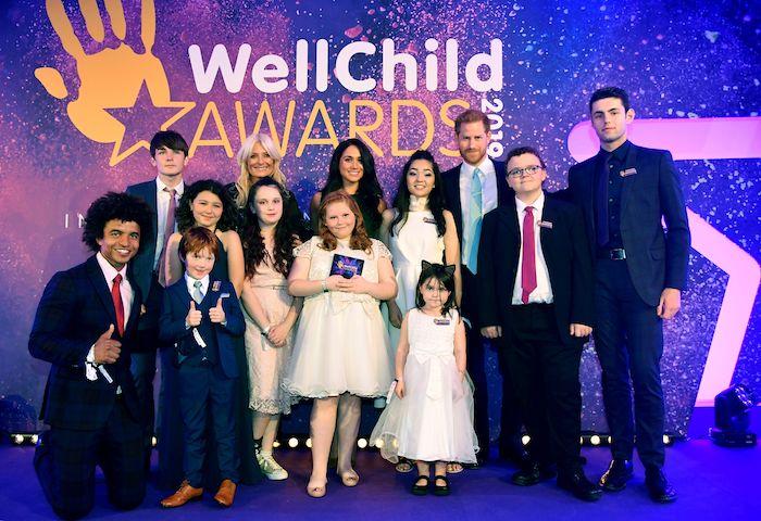 verliehung der preise wellchild awards 2019, prinz harry und viele kleine kinder und jügedliche, mädchen mit weißen kleidern