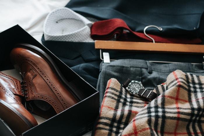 Braune Lederschuhe, schwarzer Herrenanzug, weißes Hemd, rote Krawatte