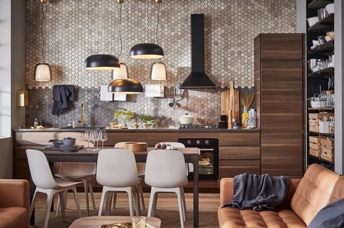kücheneinrichtung in braun, wohnzimmer einrichten beispiele, wanddeko küche, mosaikfliesen