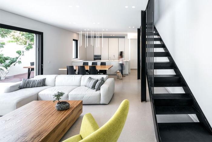 wohnzimmer gestalten tipps, weiße ecksofa, designer möbel, esstisch und kaffeetisch aus massivholz