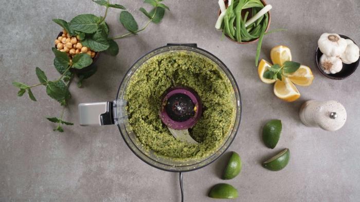 was koche ich heute, gesunde grüne falafels, zutaten im standmixer vermischen