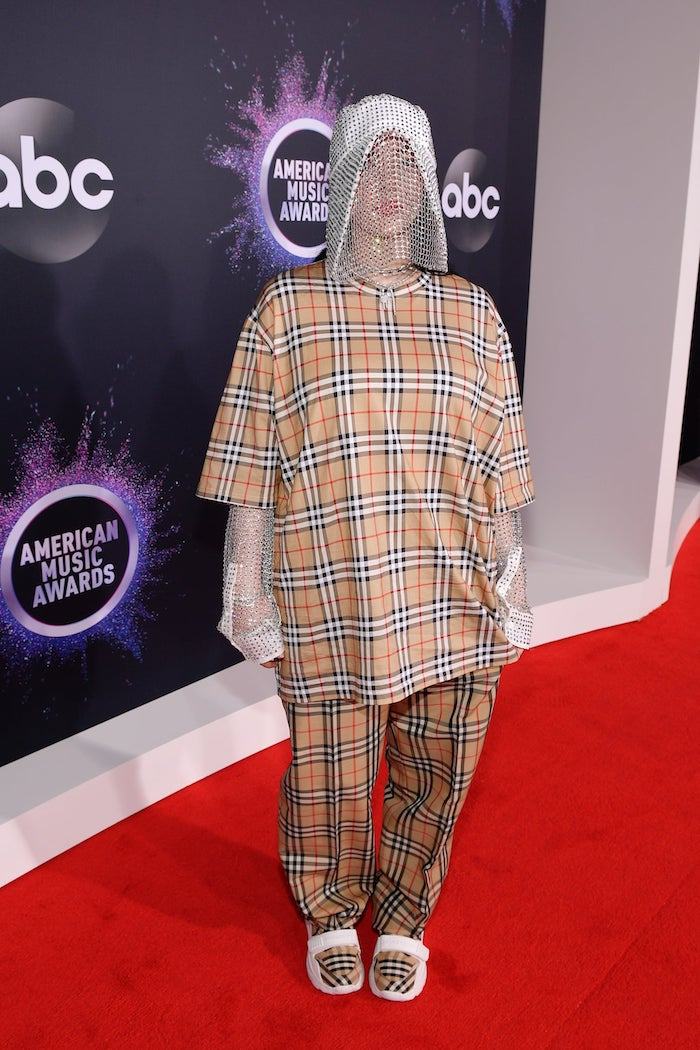 Billie Eilish bei American Music Awards 2019 in kariertem Outfit, silberne Maske