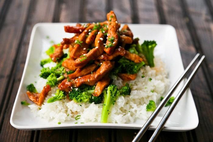 abendessen ideen warm, reis mit brokkoli und hühnerfleisch, was koche ich heute abend