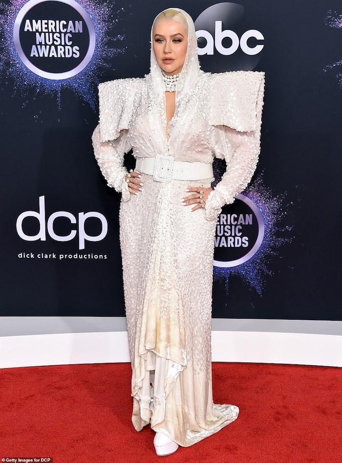 Christina Aguilera bei American Music Awards 2019, in weißem Outfit mit Kapuze