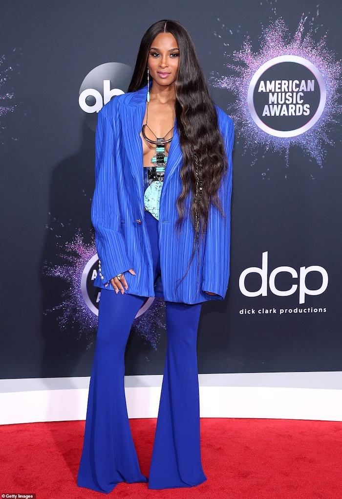 Ciara bei American Music Awards 2019, in königsblauem Outfit