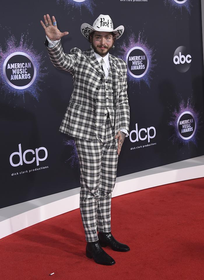 Post Malone bei American Music Awards 2019, in kariertem Anzug