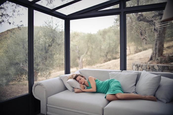 arbeitszimmer und gästezimmer kombinieren, gästezimmergestaltung tipps, großes graues sofa, wohnung einrichten