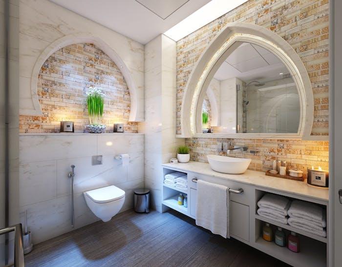 Moderne Einrichtung im Bad, Holzboden und Fliesen mit Holzsoptik, großer Spiegel mit integrierter Beleuchtung