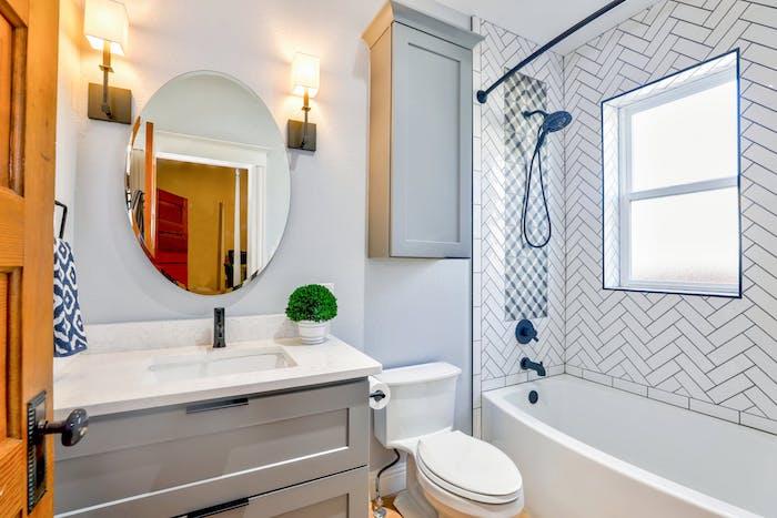 Badezimmer funktionell einrichten, runder Badezimmerspiegel