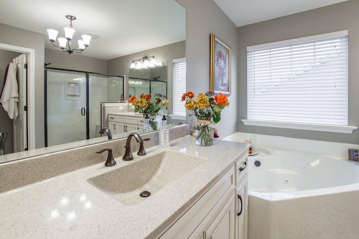 Großer viereckiger Badezimmerspiegel, weiße Badewanne