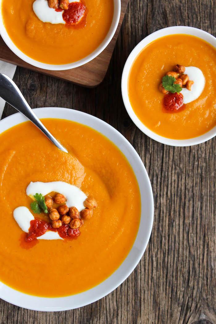 beste suppe ideen, grmüsesuppe mit kichererbsen und tomaten garniert mit creme fraiche