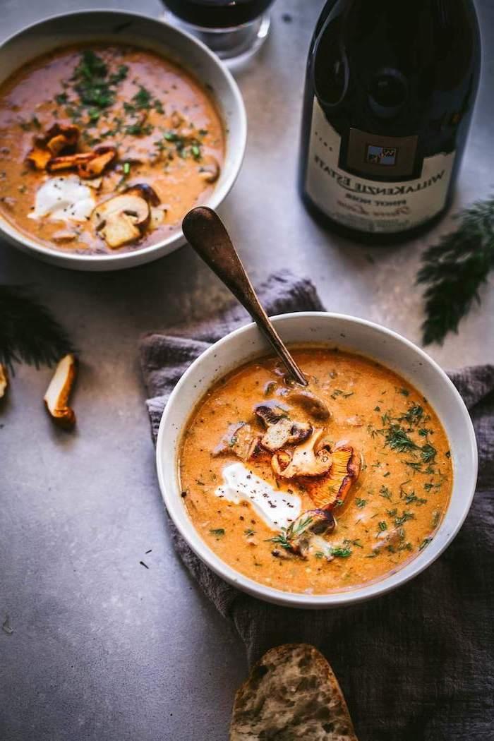 beste suppe, pürierte gemüsesuppe mit pilzen garniert mit creme fraiche und kräutern