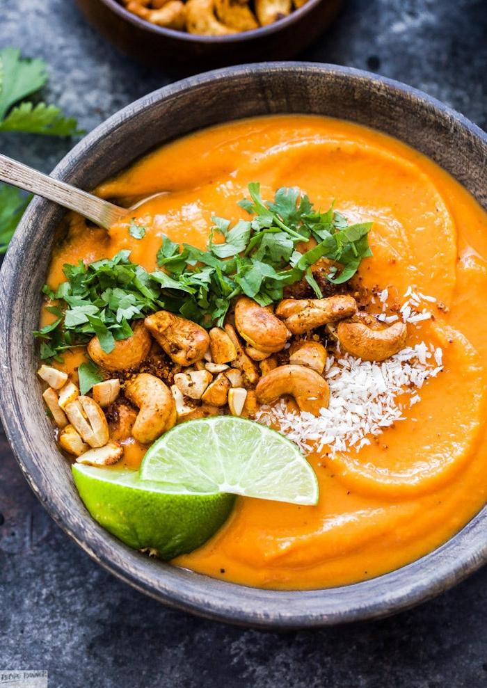 beste suppe ideen, cremesuppe garniert mit cashewnüssen, limetten und gehakten petersilie