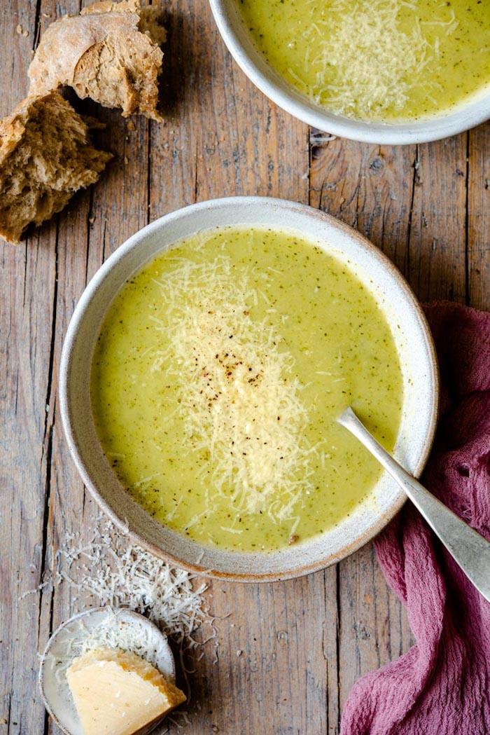 brokkolisuppe rezept einfach, cremesuppe mit brokkoli und parmesan käse, gesundes mittagessen