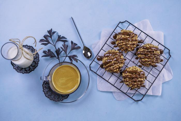 cookies rezept, selsbtgemachte kekse garniert mit schokoalde nutella, erdnussbutter