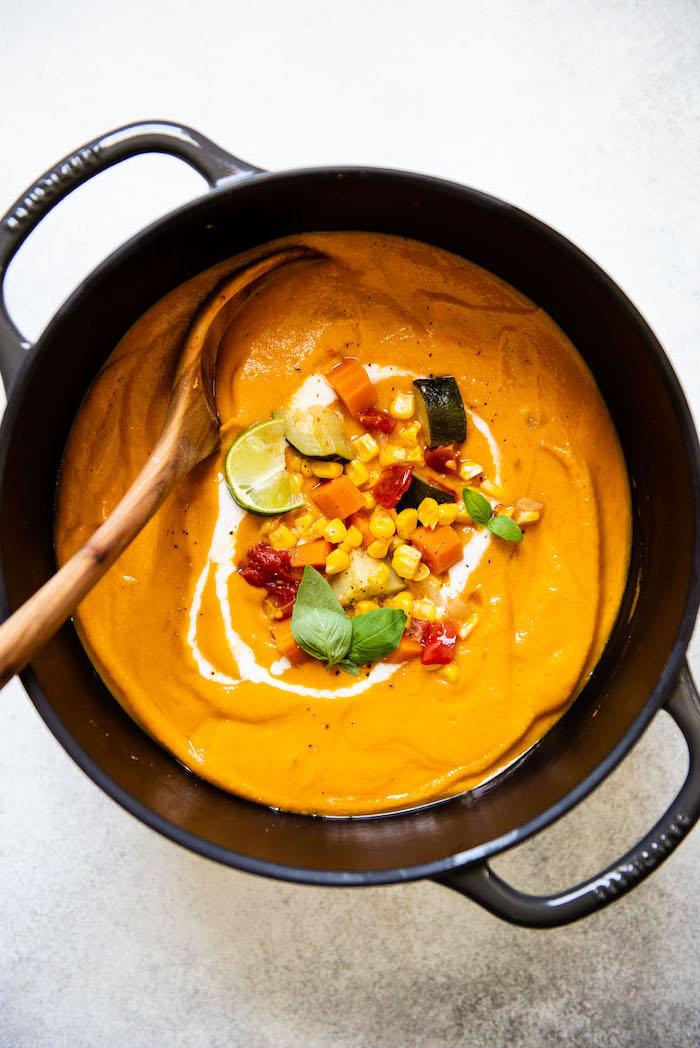 cremesuppe selber machen, mittagessen ideen, karottensuppe mit mais, paprika und tomaten