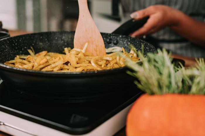 cremesuppen rezepte, kürbissuppe zubereitungsweise, zwiebel braten, gemüsesuppe