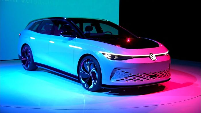 ein weißes auto, das erste elektropassat von dem hersteller volkswagen, das modell id space vizzion