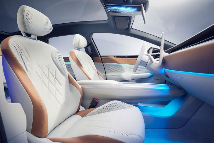 ein auto mit innenraum mit weißen sitzen aus weißem kunstleder und appleskin, das erste elektropassat volkswagen id space vizzion