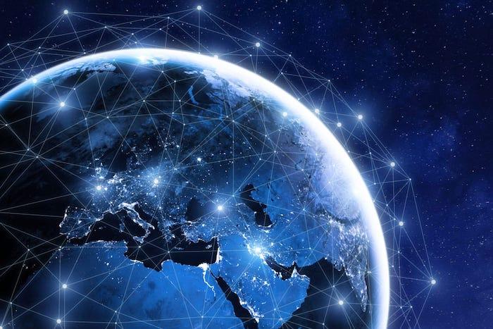 blaue erde, ein planet und viele kleine fliegende satelliten, weltall mit vielen blauen sternen, das projekt starlink von elon musk