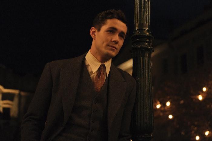ein junger mann mit weißem hemd und mit einer roten krawatte und schwarzem sako, prinz eric in arielle