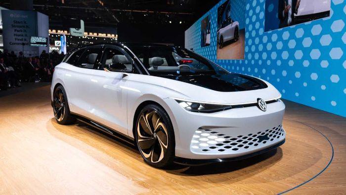 ein weißes auto und boden aus holz, das erste elektro passat, das neue volkswagen id space vizzion