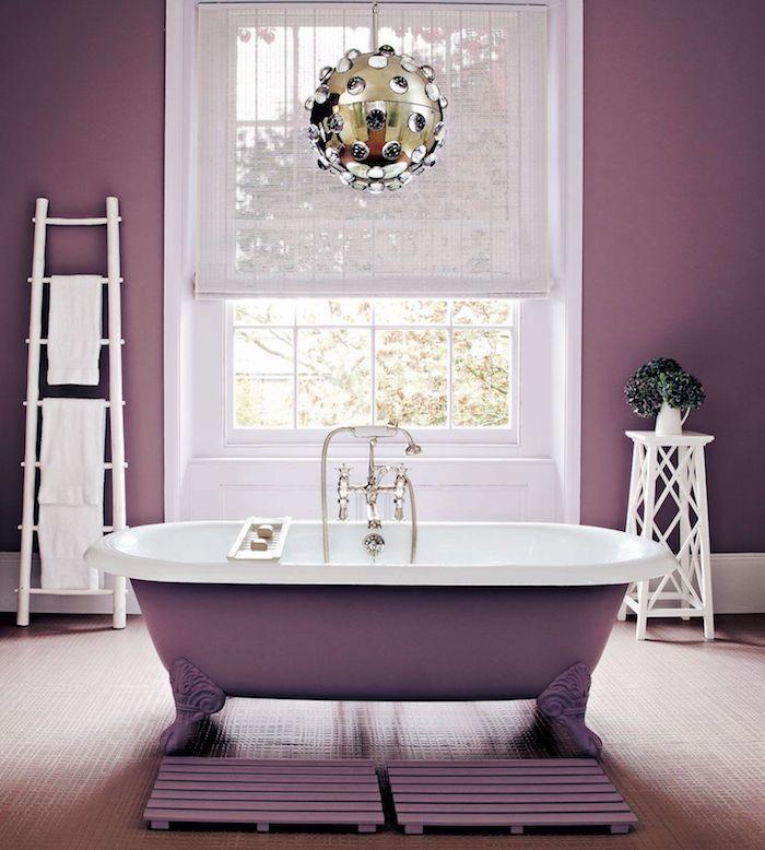 badezimmer mit violetten wänden