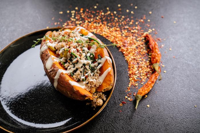 einfaches abendessen, süßkartoffel mit füllung aus quinoa, tahini und thyme, choli paprikas