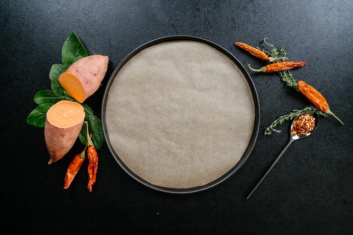 einfaches abendessen, pfanne mit backpapier, kartoffel geschnitten in zwei, paprikas
