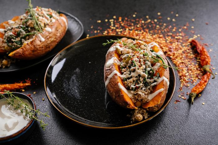 eifnaches abendessen, stuffed kartoffeln mit tahini soße und thymian, schwarzer teller