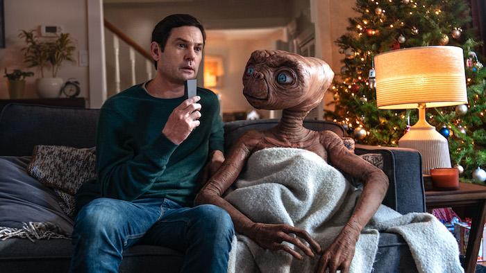 ein außerirdischer mit großen blauen augen, der außerirdischer et und sein fraun elliot und ein weihnachtsbaum, der werbespot a holiday reunion von xfinity