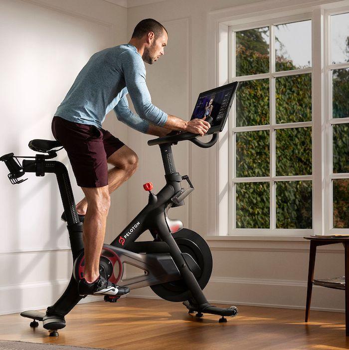 mann mit einem fitnessgerät für zuhause