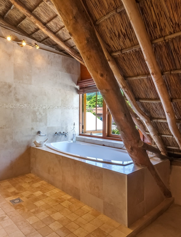 fliesen kaufen, tipps zur auswahl, natursteinfliesen im abdezimmer, eingebaute badewanne, naturstein