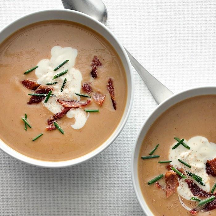 gemüsesuppe püriert, gemüse pürieren, suppe garniert mit bakon, creme fraiche und kräutern