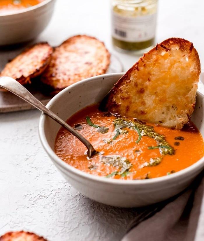 gemüsesuppe püriert, suppe mit tomaten garniert mit käse, cremesuppe die besten rezepte