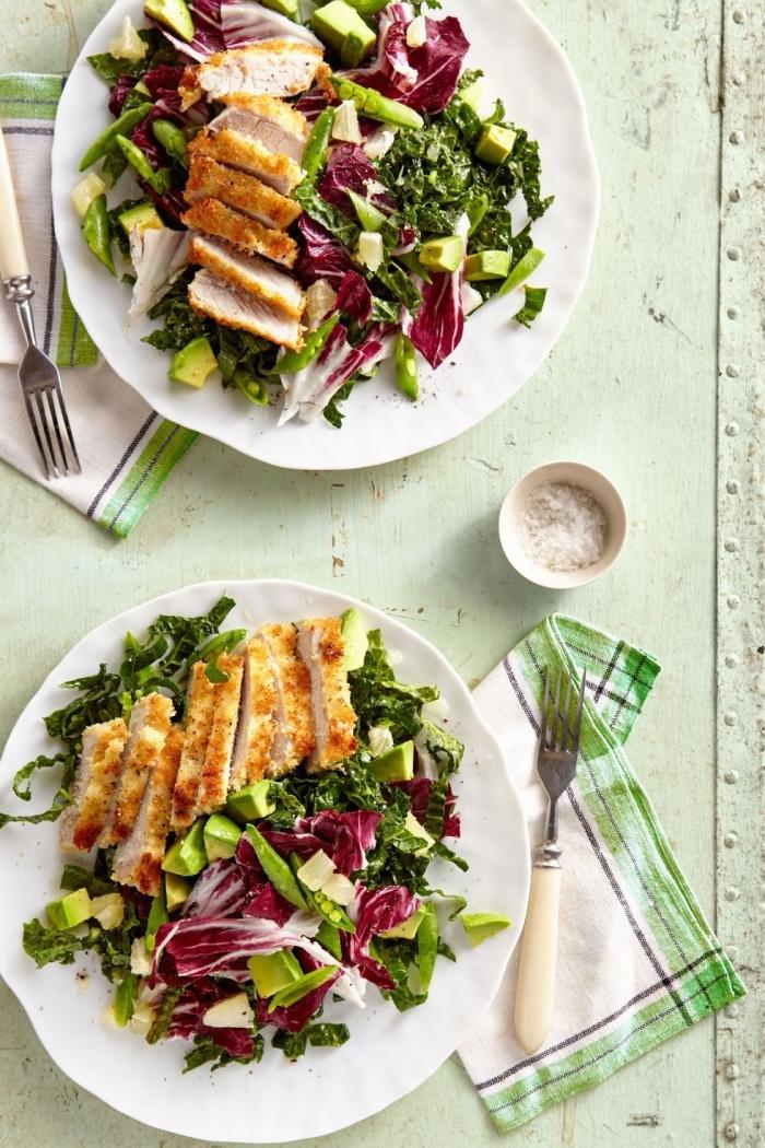 gerichte mit hänchenbrust, hänchenfleisch mit salat aus avocado, spinat und rotkraut