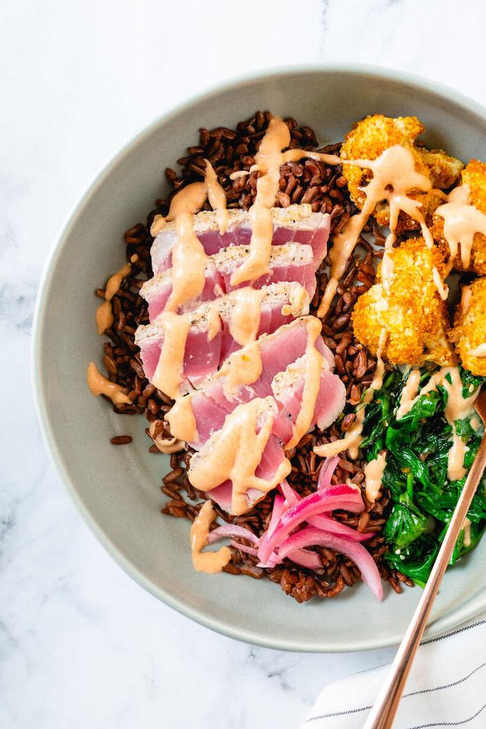 gerichte zum abnehmen, gesunde schnelle rezepte, fleisch mit spinat und sonnenblumenkohl
