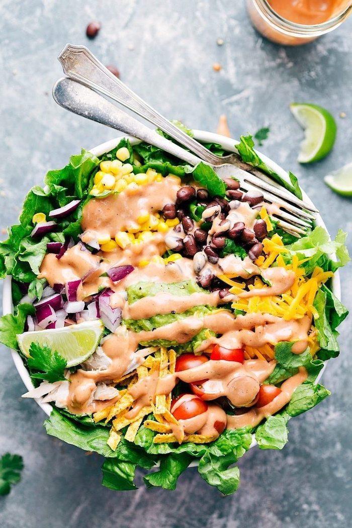 gerichte zum abnehmen, gesunder salat, abendessen ideen, cherry tomaten, mais, soße