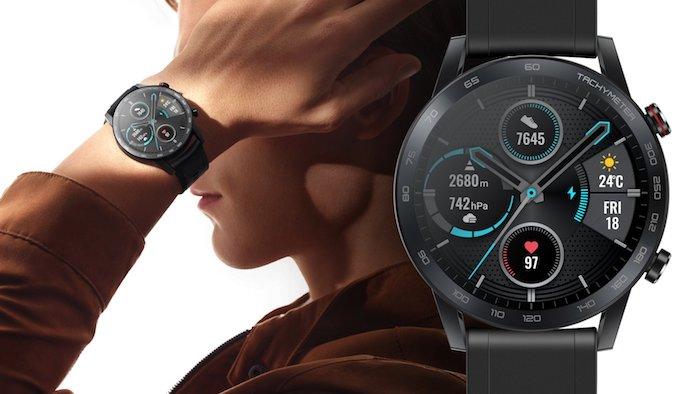 hand eines manns mit einer schwarzen armbanduhr, die neue honor magic watch 2, eine schwarze smartwatch